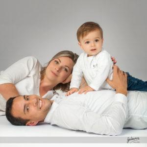 Leon papa et maman sont venus faire une belle photo de famille au studio omniphot galerie a romans dans la drome